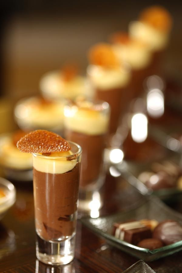 Mousse de chocolate, crema inglesa.