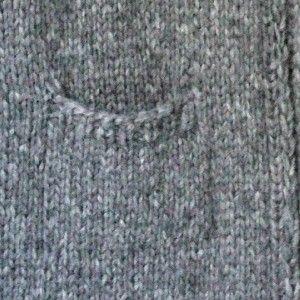 De lange striktrøjer er toptrendy, og det kan man jo godt forstå, for dels er de flotte, og dels varmer de godt ned om enden. Den lange oversize trøje er strikket i et nyt superlækkert garn, som er pustet op, så det er endnu mere fluffy og let og meget lækkert at strikke med. Strikkeopskriften er i 3 størrelser. Du…