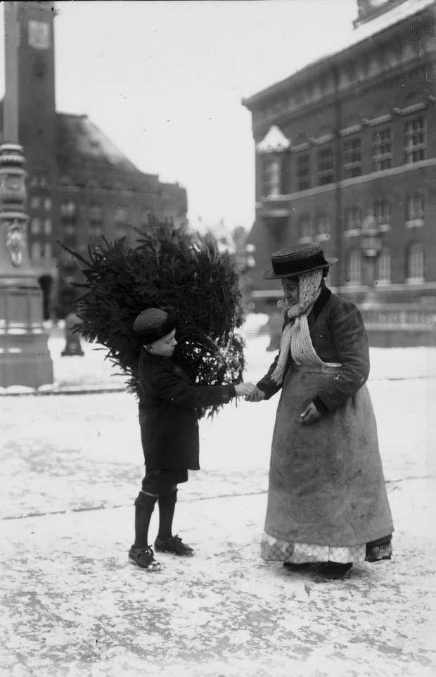 En dreng betaler for sit juletræ på Københavns Rådhusplads, 1920'erne. Foto: Holger Damgaard