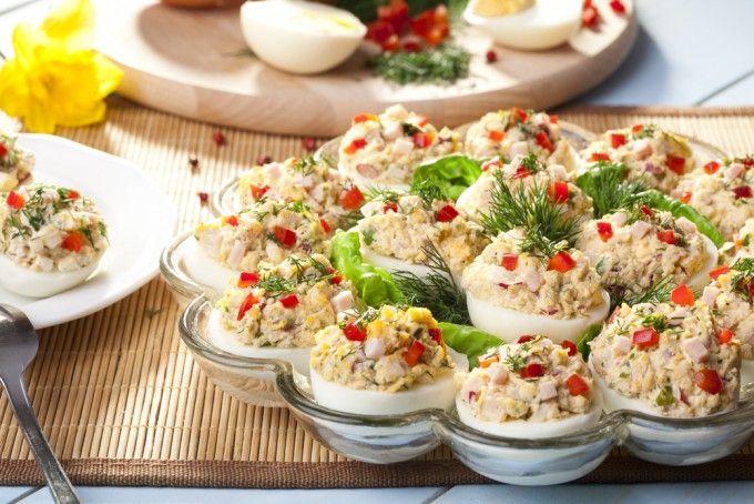 Ouăle umplute – un aperitiv extrem de popular și versatil care nu trebuie să lipsească de pe masa festivă de Paște. Alege din variantele de mai jos.