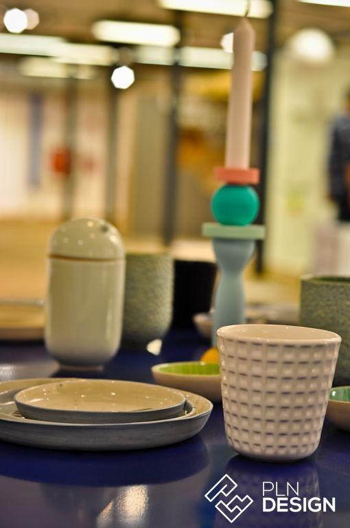"""Wystawa dowodzi jak sprawnie rodzimi projektanci potrafią łączyć elementy wzornictwa lat 50. i 60.  z nowoczesnością. Na """"Retrospekcjach"""" zgromadzono ponad 100 obiektów współczesnej polskiej sztuki użytkowej.  Przestrzeń ekspozycji zaaranżowano tak, aby imitowała prawdziwe wnętrze mieszkalne."""
