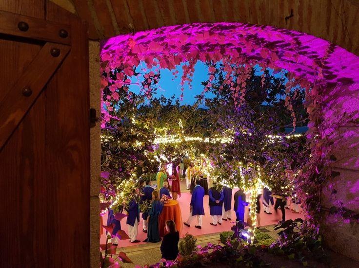 Cultura, majestuosidad y un gran amor; Mas de Sant Lleí se ha convertido en el telón de fondo de una maravillosa boda pakistaní. El millonario Haider Choudrey y su ya mujer, Anam, unieron sus corazones en una increíble boda de más de tres días.