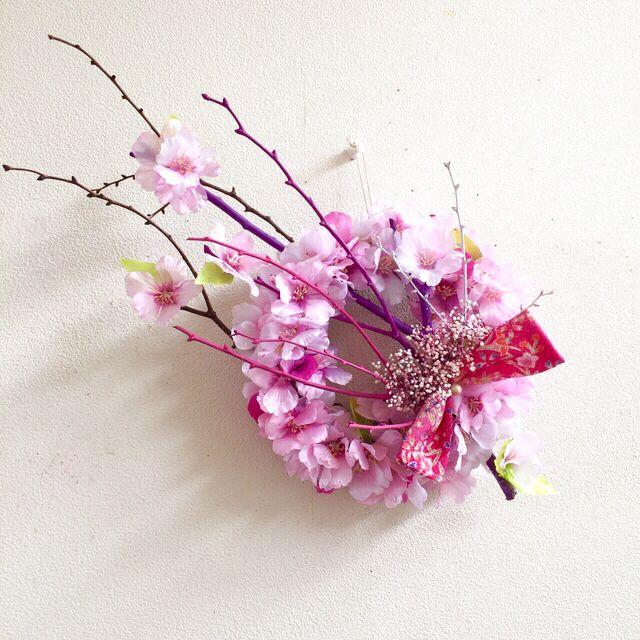 アーティフィシャルフラワープリザーブドフラワー桜とプリザーブドかすみ草のリース少し小ぶり、玄関ドアなどにも飾りやすいサイズです。リース 20cm全体(木の枝をふくめると)横約38cm 縦約28cmリース全体を桜の花で囲みました。桜の木がイメージできる...