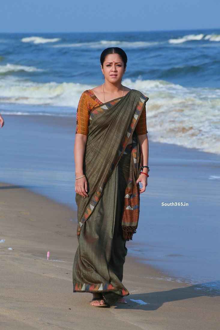 Tamil Actress Jyothika in Saree in 36 Vayadhinile Movie Pictures (28) at 36 Vayadhinile Heroine Jyothika Movie Wallpapers HD  #36Vayadhinile #Jyothika