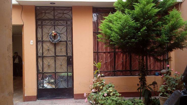 CONOZCA LOS BENEFICIOS DE ESTE HERMOSO DEPARTAMENTO QUE PODRÍA SER TUYO EN PUEBLO LIBRE, LIMA.  Amplio departamento en primer piso, con un área construida de 137 m2, consta de 5 dormitorios, 1 cuarto de servicio, 2 baños principales, un medio baño, sala comedor, 2 patios de lavandería, cuenta con jardín en la parte de la entrada, una cochera lineal, ubicado frente al parque de la bandera, en el distrito de Pueblo Libre.