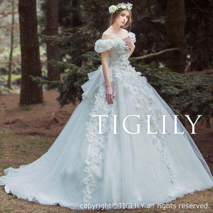 TIGLILY(ティグリリィ)のお花のホワイトウエディングドレス【ベラBella】(w326)の写真。お花をたくさん使った華やかなホワイトドレス。取り外し可能なオフショルダーとバックリボン付き。お花に散りばめたビーズがキラキラと花嫁様をさらに美しく輝かせます