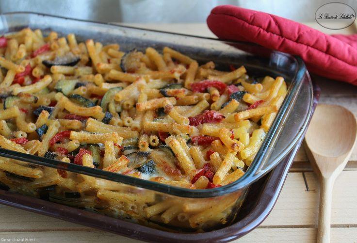 Un primo piatto ricco e colorato, ideale per il pranzo della domenica: pasta al forno con verdure.