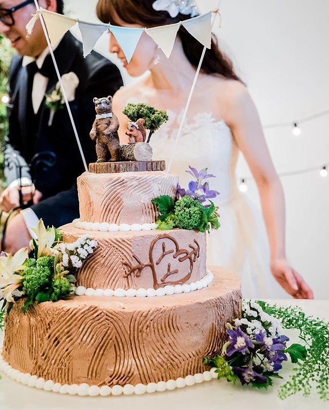 ウェディングケーキ✨ ケーキトッパーは自作のクマとリスです!笑 丸太のケーキをオーダーしていたのですが、本当にイメージ通りで感動しました #プレ花嫁 #卒花 #wedding #ウェディングケーキ #ケーキトッパー