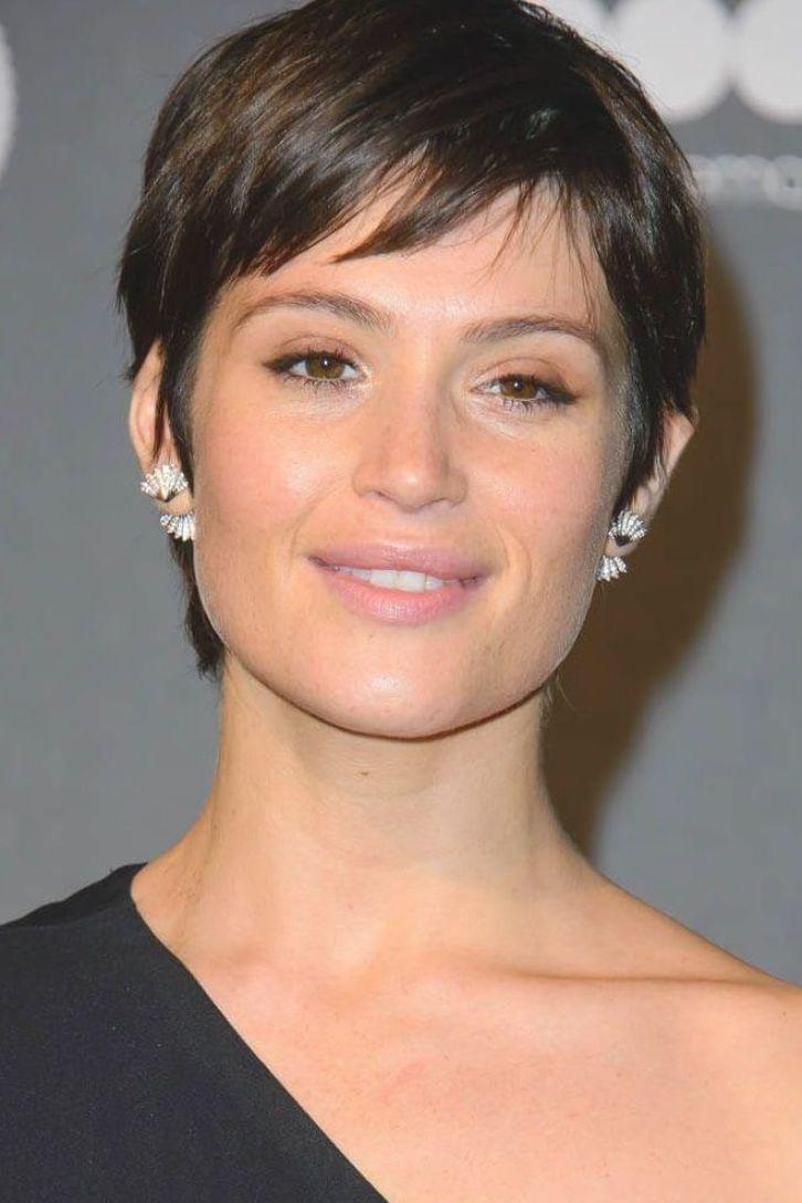 Laineygossip Gemma Arterton S Short Hair And One Shoulder In 2020 Frisuren Kurze Haare Braun Kurzhaarschnitte Haarschnitt