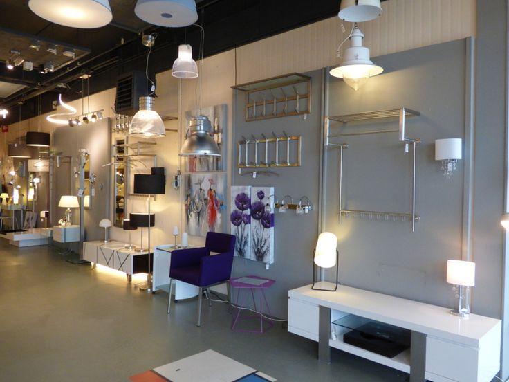 Foto's Showroom winkel . Klik op de link hier om op onze webwinkel te komen ( www.rietveldlicht.nl ) . Huisdecoratie interieur verlichting , kapstokken wandmeubels voor woonkamer eettafel keuken slaapkamer winkel . Moderne klassieke industriele of design lampen . Ook buitenlampen .