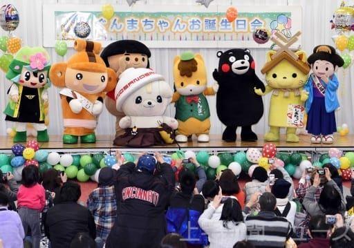 群馬県のマスコットキャラクター、ぐんまちゃんの「お誕生日会」が17日、前橋市のヤマダグリーンドーム前橋で開かれた。さのまる(栃木県佐野市)やお富ちゃん(富岡市)など県内外7種類のキャラクターが駆け付け、ファン約1000人と共に誕生24周年...