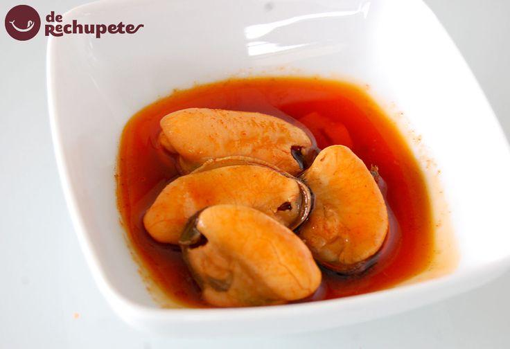 Cómo preparar una de las tapas más famosas de Galicia, mejillones en escabeche. Uno de los aperitivos más famosos y muy sencillo de preparar. ¿Te animas? Preparación paso a paso y fotos.