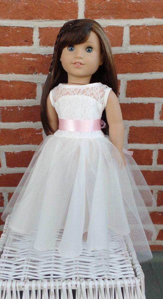 Le cadeau parfait pour la demoiselle dhonneur dans votre mariage : une robe pour sa poupée American Girl qui correspond à sa robe de demoiselle dhonneur ! Menvoyer quelques photos de la robe de votre fille de fleur, et je vais vous laisser savoir comment étroitement je peux le reproduire pour une poupée de 18 pouces. Les images montrent quatre des copies de robes fille fleur (et guirlande de chaussures et la tête dans un cas) que jai fait pour vous donner une idée. Le prix est une…
