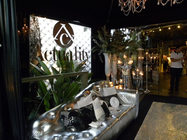 Nuestra decoración inspirada en los glamurosos años 20 en el que el blanco negro y plata, tuvo su protagonismo para los amantes del lujo.