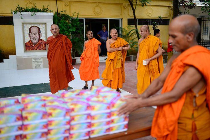 Buddhist monks serve iftar for Muslims in Bangladesh - Al Jazeera English