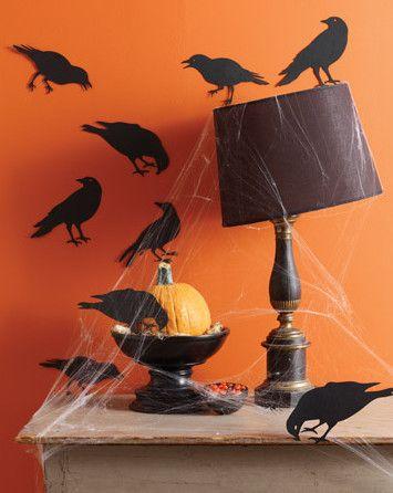Adesivos de parede são uma alternativa criativa de decoração, use corvos e ratos para uma decoração macabra, combine com teias de aranha e abajures tortos. Fotos: Virginiaguimarães
