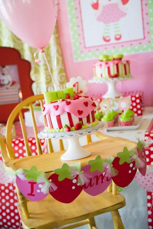 Torta y decoración de sillas