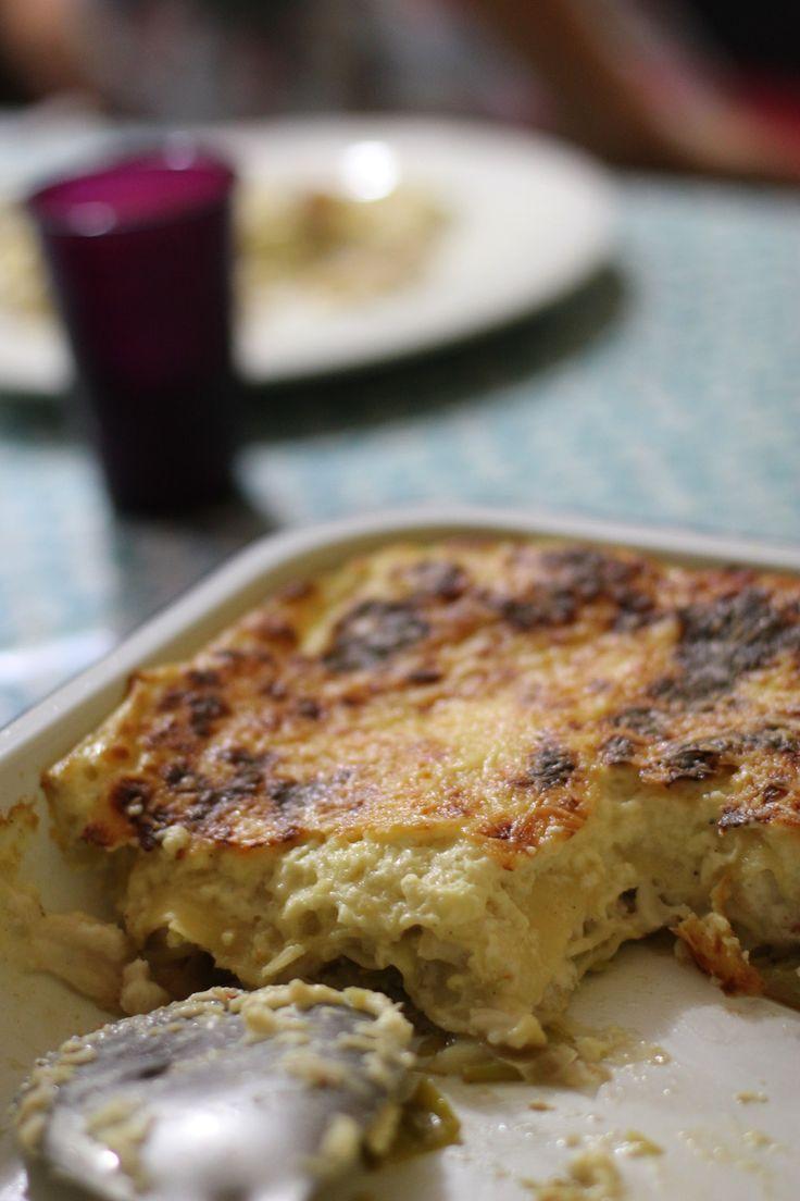 ☆ Lasagnes de crabe, cabillaud & poireaux ☆ pour 8/10 personnes  _ingrédients_ • 600 ml de lait • 1/4 de cuillère à café de noix de muscade moulue • 85g de beurre, plus le moule • 50g farine • 20 cl crème fraîche épaisse • 100g de parmesan  • 1 oeuf battu • 300g de chair de crabe • 1 kg de poireaux, lavés et émincés • des lasagnes (fraîches si vous avez le temps), sinon les prêtes à cuire sont très bien ! • 400g de filet de cabillaud, coupé en morceaux • sel et poivre 31/08/2014