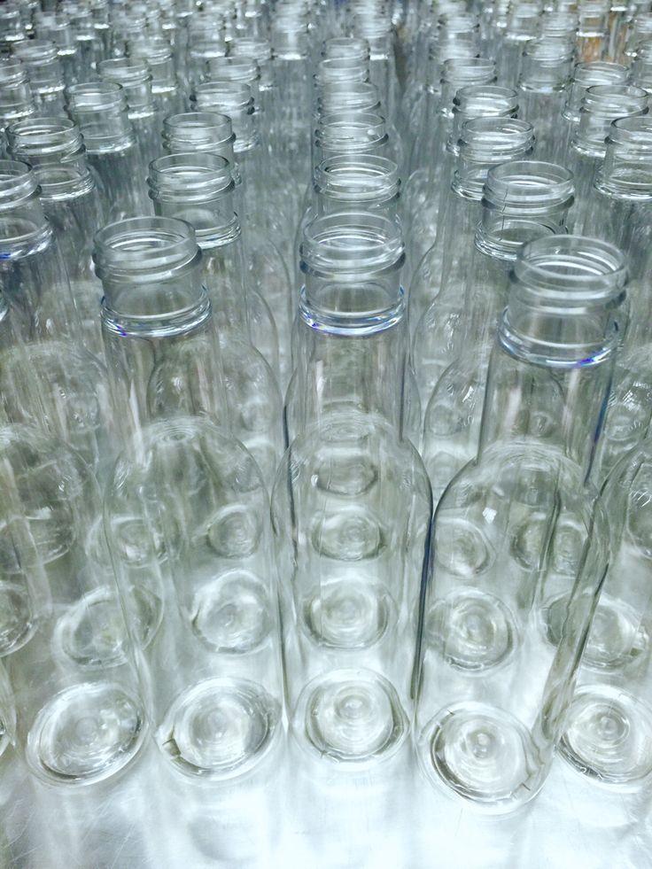 Luci e trasparenze in plexi… con quale bevanda riempireste queste bottiglie?  #plexi #drinks #intermezzominicatering