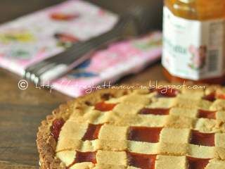 Crostata di frolla alle mandorle con marmellata di rosa canina