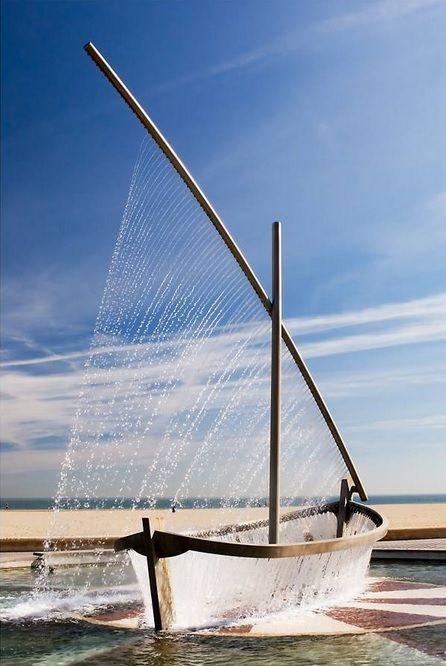 Preciosa escultura en la Playa de la Malvarrosa in Valencia