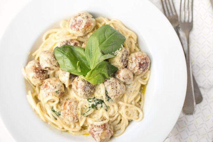 Wil je eens iets anders dan spaghetti met gehaktballetjes in tomatensaus dan moet je deze spaghetti met kip-pesto balletjes zeker eens proberen. Zo lekker!