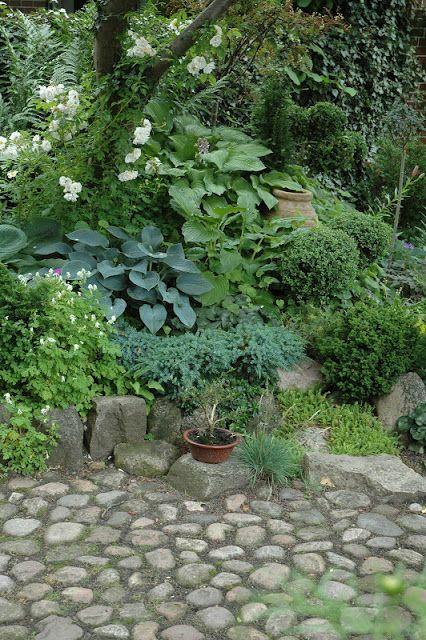 stone path...HAVETID: En sang om sommer.