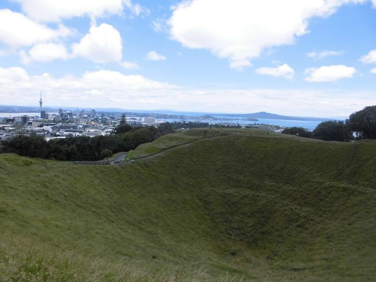 The biggest and most important city in New Zealand is Auckland, situated on a little neck of land that from the North Island extends up to Cape Reing