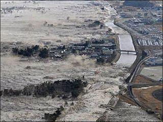 Terremoto, tsunami, Fukushima. El terremoto del 11 de marzo de 2011 en la costa japonesa, seguido de un tsunami, tuvo un efecto devastador (miles de muertos, heridos y desaparecidos) y provocó el accidente en la central nuclear de Fukushima. El uso de las nuevas tecnologías fue capital en la gestión de la emergencia y en la información posterior.