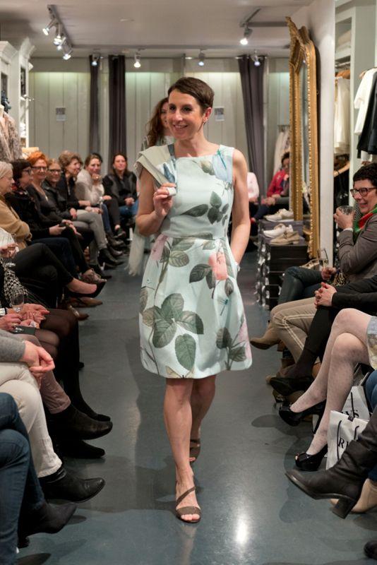 Manon in haar prachtige Ted Baker jurk tijdens de modeshow in Alkmaar 4 april