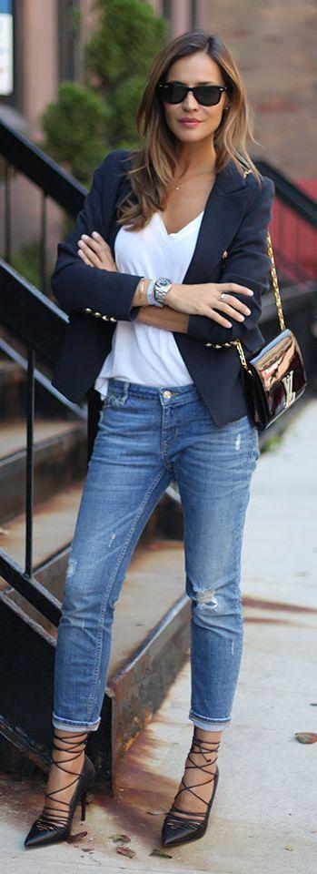 Dá para ser MUITO chic com jeans, é só caprichar nos acessórios meninas! Vejam que lindo o blazer marinho com botões dourados e camiseta branca. Mas a cereja do bolo foram a bolsa de verniz e o Scarpin Glam! Invistam em acessórios, hoje e sempre! Dica de ouro - mandem trocar os botões de massa, sem graça, do blazer que está no armário, por modelos dourados que vocês acham em armarinhos ou na 25 de Março. Eles dão um up na peça e mudam tudooo. Tem super seleção de Blazer Marinho a