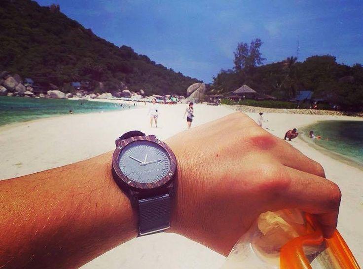Wspomnienia z wakacji. Nasz drewniany zegarek serii Raw Heban na pierwszym planie.  Już tęsknimy za ciepłymi dniami! :)
