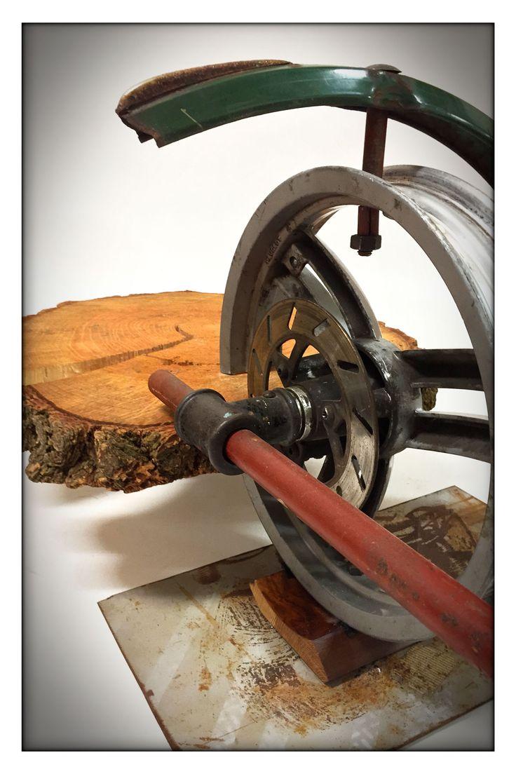 Flatwheel - Salontafel van boomstamschijf en diverse metalen onderdelen.