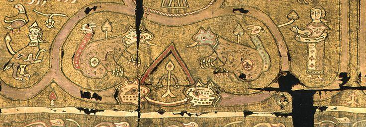Kunstschätze der Domkammer:Chimärenstoff Fragment eines Goldbrokatstoffes, Sizilien (Palermo), um 1130 Alte Stoffe haben sich oft nur deshalb erhalten, weil sie, wie auch dieses Gewebe, als Umhüllung von Reliquien in einem Reliquienkasten dienten. Der überaus seltene sizilianische Stoff enthält neben zwei Menschen Mischwesen wie Chimären, Sirenen, Paradiesvögel, Drachenköpfe, Schlangenbänder und einer Mandragora (Menschenwurzel). Münster, Domschatz