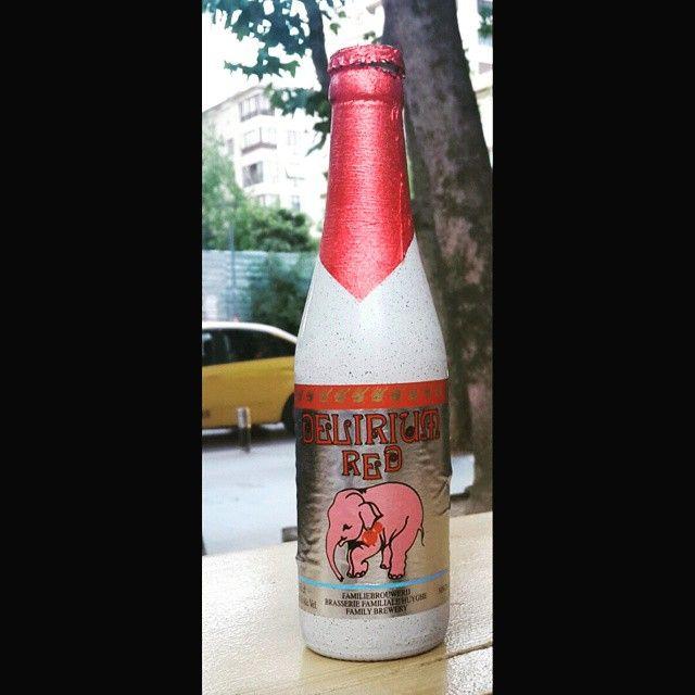#deliriumred #ayı #beer #fruitsweet #bira #biraseverler visneli epey sekerli bira gibi olmayan bira  bana gore en kolay tuketilecegi yer bir plaj, sicak bastikca icilecek guzel guzel keyiflendirecek. Cok da seker bir bardagi var ama herkese gore degil  , alkol orani da az degil 8%, afiyet olsun