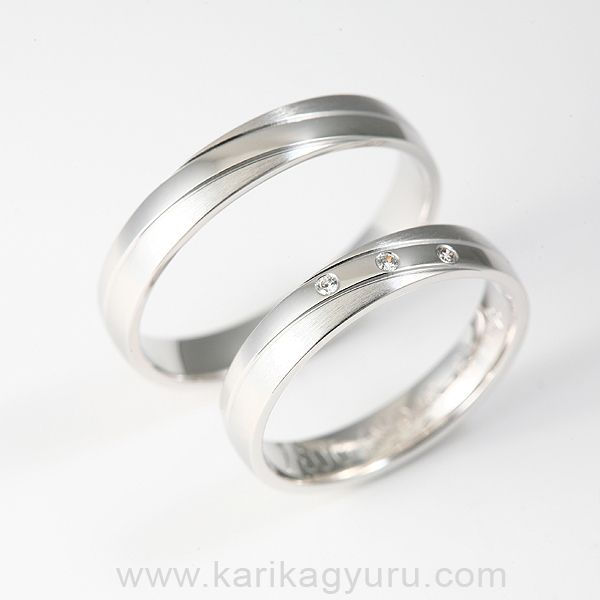 Klasszikus, 4 mm széles, 14 karátos fehér arany karikagyűrű pár kb. 7 g, a női gyűrűben összesen 0,03ct G/vs minősítésű briliánssal.