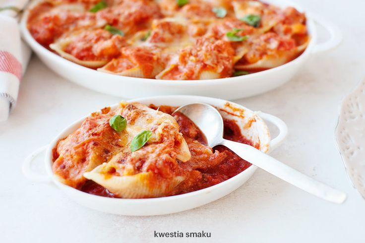 Muszle makaronowe z łososiem zapiekane w sosie pomidorowym z parmezanem