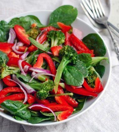 Salata de spanac cu broccoli, ardei rosu si ceapa