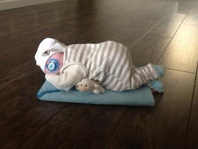 Leuk Kraamcadeau , baby gemaakt van luiers naar voorbeeld op Welke wel iets aangepast om de baby wat echter te laten lijken. Is zo leuk geworden !!    Benodigdheden: babypakje, mutsje, badcape of handdoek, klein knuffeltje, speen en luiers.    Daarna folie er omheen met nog een zelfgemaakt kaartje eraan.