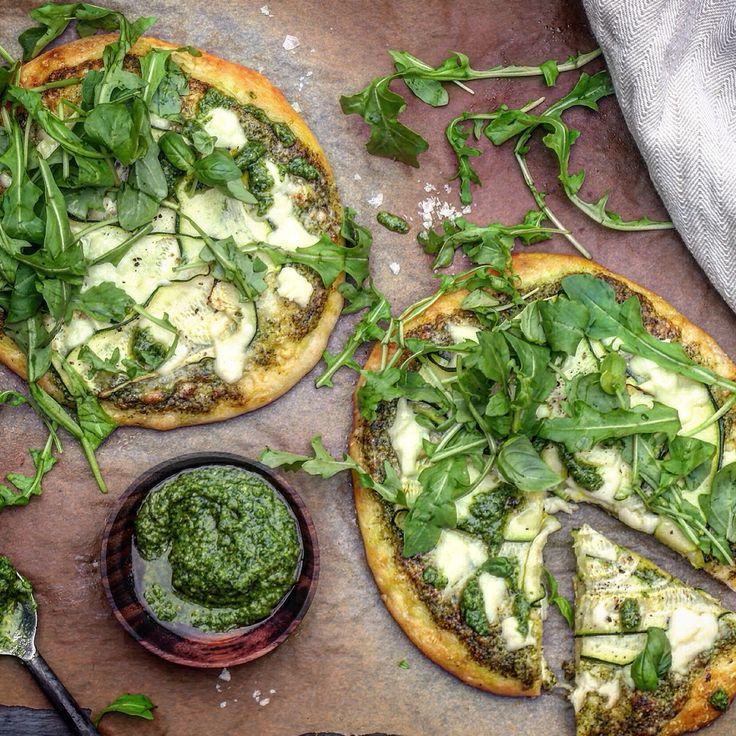 Pizza med pesto, squash og ruccola