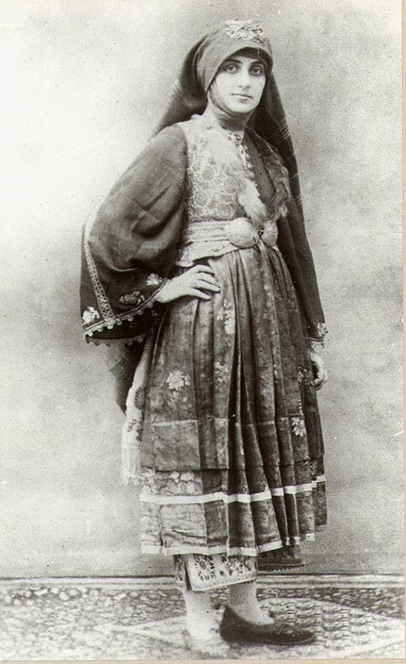 """Φωτογραφία των αρχών του 20ου αι. Γυναίκα της Σκύρου με νυφική φορεσιά. Φωτογραφικό Αρχείο Μουσείου Μπενάκη Woman of Skyros island in her bridal dress, photographed early in the 20th c. Benaki Museum Photographic Archive"""""""