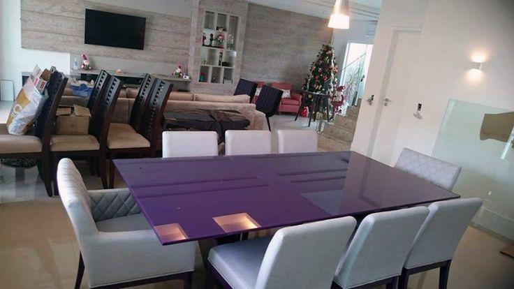 Lorena Donnu optou poru uma mesa roxa para sua sala.