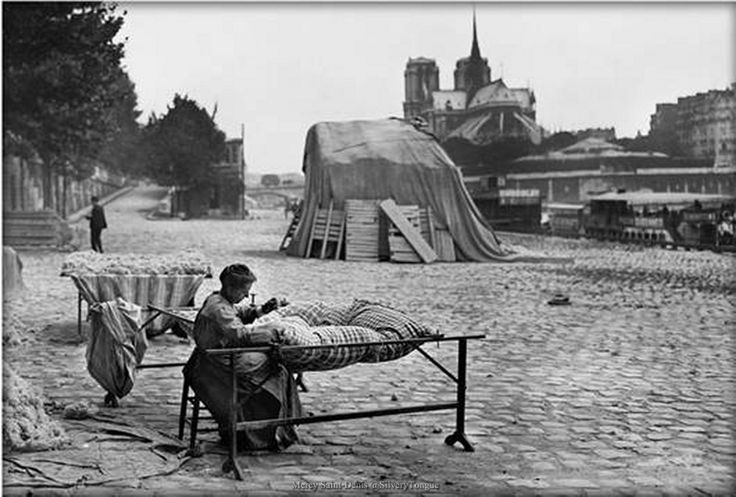 Paris 31 juillet 1917 – Une matelassière quai de la Tournelle.