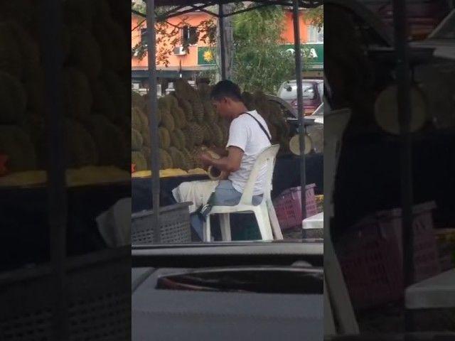 VIDEO : Aksi Jahat Pedagang Durian Ini Saat Bungkus Dagangannya