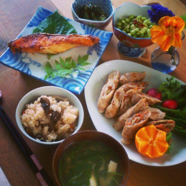 晩ごはん、 栗おこわ、鮭塩焼き、きんぴらとえのき豚肉巻き、ピリ辛枝豆、ワカメキュウリ酢の物 Dinner: Chestnut sweet rice, broiled salmon, kinpira and enoki mushrooms wrapped with pork, vinaigrette s we aweed and cucumber #おうちごはん#ディナー#野菜#魚#クッキングラム#美味しい#花のある暮らし#肉#器#夕食#flower#dinner#pork#vegetables#fitness#fish#healthy#instafood#instagood#delicious#yummy#onthetable#vscofood#f52grams#foodpic#foodporn#vintage#soup#rice#kinfolk