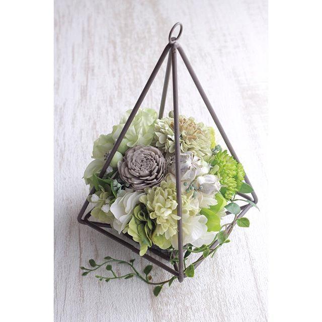 【joy_garland】さんのInstagramをピンしています。 《*** 爽やかグリーンのワイヤーテラリウム⑅◡̈* * #アーティフィシャルフラワー#プリザーブドフラワー#ドライフラワー#アンティーク#テラリウム#ウエディング#オリジナルウエディング#プレ花嫁#結婚式#マタニティ#花のある暮らし#花のある生活#wedding#flower#JoyGarland》