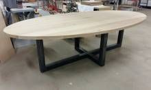 EETTAFEL Deze stoere ovale eettafel is gemaakt van eikenhout in combinatie met ruw zwart staal. Het zwarte staal wordt behandeld, zodat deze niet gaat...