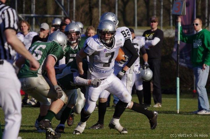Runningback Rene de Jong going for a touchdown against the Groningen Giants.