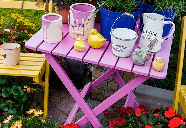 Pantone 2014. Decoração do jardim com mesa roxa. Cor do ano 2014 Pantone. Orquídea radiante na decoração do jardim. Decoração de área externa. Ideias para...