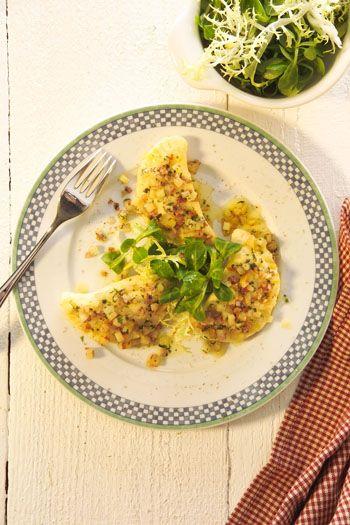 Serviervorschlag für Kartoffel-Blutwurst-Maultaschen in Zwiebelschmelze mit Feldsalat